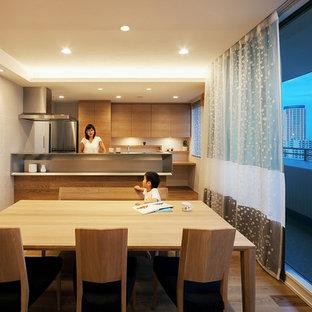 神戸のコンテンポラリースタイルのおしゃれなキッチン (フラットパネル扉のキャビネット、中間色木目調キャビネット、ステンレスカウンター、白いキッチンパネル、シルバーの調理設備、無垢フローリング、茶色い床、グレーのキッチンカウンター) の写真