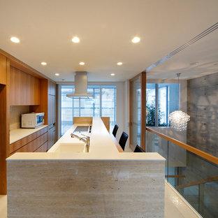 大阪のコンテンポラリースタイルのおしゃれなキッチン (一体型シンク、フラットパネル扉のキャビネット、中間色木目調キャビネット、人工大理石カウンター、シルバーの調理設備、磁器タイルの床、白い床、白いキッチンカウンター) の写真