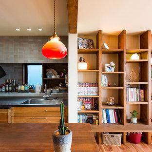 他の地域の中サイズのアジアンスタイルのおしゃれなキッチン (シングルシンク、ステンレスカウンター、ガラスタイルのキッチンパネル、白い調理設備、無垢フローリング、青いキッチンパネル) の写真