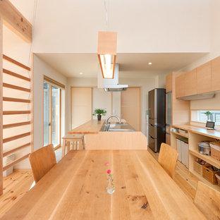 他の地域のアジアンスタイルのおしゃれなキッチン (シングルシンク、オープンシェルフ、ステンレスカウンター、無垢フローリング、茶色い床) の写真