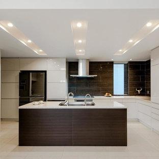 トランジショナルスタイルのおしゃれなキッチン (濃色木目調キャビネット、白いキッチンパネル、ベージュの床、白いキッチンカウンター) の写真