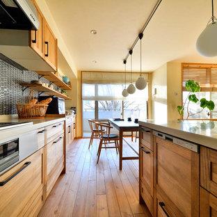 他の地域の小さいアジアンスタイルのおしゃれなキッチン (一体型シンク、落し込みパネル扉のキャビネット、中間色木目調キャビネット、無垢フローリング、茶色い床) の写真