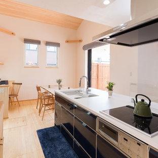他の地域の和風のおしゃれなキッチン (一体型シンク、フラットパネル扉のキャビネット、黒いキャビネット、淡色無垢フローリング、ベージュの床) の写真