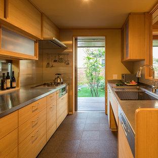 他の地域の和風のおしゃれなペニンシュラキッチン (シングルシンク、フラットパネル扉のキャビネット、中間色木目調キャビネット、ステンレスカウンター、茶色い床、茶色いキッチンカウンター) の写真