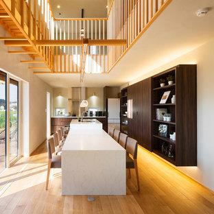 他の地域の中サイズのアジアンスタイルのおしゃれなキッチン (無垢フローリング、茶色い床、白いキッチンカウンター) の写真