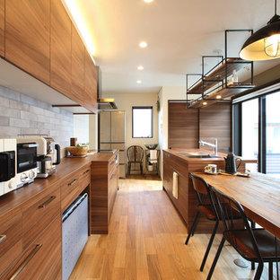東京23区の中サイズのアジアンスタイルのおしゃれなキッチン (アンダーカウンターシンク、シルバーの調理設備の、茶色い床、フラットパネル扉のキャビネット、中間色木目調キャビネット、木材カウンター、無垢フローリング) の写真