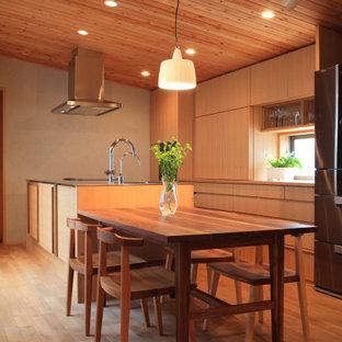 名古屋のコンテンポラリースタイルのおしゃれなキッチン (無垢フローリング、板張り天井、三角天井、フラットパネル扉のキャビネット、中間色木目調キャビネット、木材カウンター、茶色い床、茶色いキッチンカウンター) の写真