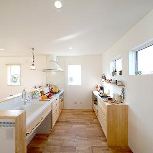 他の地域の北欧スタイルのおしゃれなキッチン (一体型シンク、無垢フローリング、茶色い床) の写真