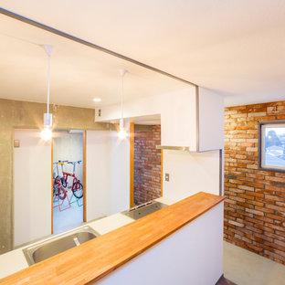 Bild på ett avskilt, mellanstort funkis vit linjärt vitt kök, med en integrerad diskho, luckor med profilerade fronter, vita skåp, bänkskiva i koppar, rostfria vitvaror, betonggolv och turkost golv