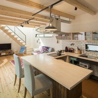 他の地域, のエクレクティックスタイルのおしゃれなキッチン (白いキッチンパネル、淡色無垢フローリング、茶色い床) の写真