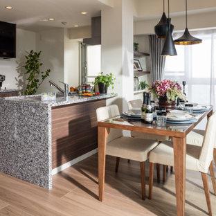 他の地域の中サイズのコンテンポラリースタイルのおしゃれなキッチン (アンダーカウンターシンク、フラットパネル扉のキャビネット、中間色木目調キャビネット、淡色無垢フローリング、ベージュの床、グレーのキッチンカウンター) の写真