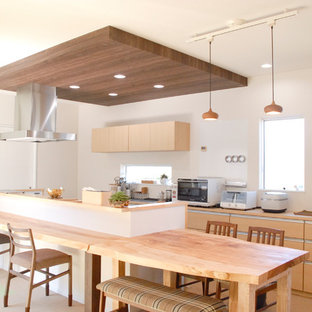 Создайте стильный интерьер: большая линейная кухня в восточном стиле с обеденным столом, монолитной раковиной, фасадами цвета дерева среднего тона, столешницей из акрилового камня, островом и разноцветным полом - последний тренд