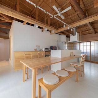 他の地域のアジアンスタイルのおしゃれなキッチン (フラットパネル扉のキャビネット、淡色木目調キャビネット、木材カウンター、白いキッチンパネル、白い床、茶色いキッチンカウンター) の写真