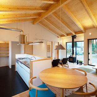 他の地域の北欧スタイルのおしゃれなアイランドキッチン (一体型シンク、フラットパネル扉のキャビネット、白いキャビネット、ステンレスカウンター、モザイクタイルのキッチンパネル、無垢フローリング) の写真