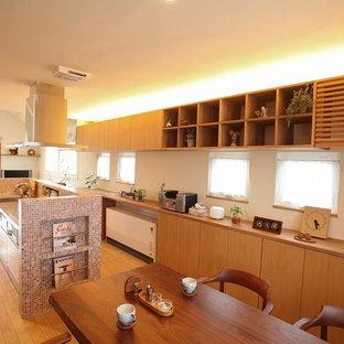 他の地域の北欧スタイルのおしゃれなキッチン (フラットパネル扉のキャビネット、マルチカラーのキッチンパネル、無垢フローリング) の写真