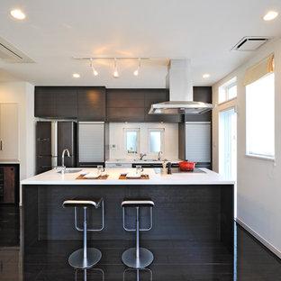 東京都下のトラディショナルスタイルのおしゃれなキッチン (濃色木目調キャビネット、人工大理石カウンター、シングルシンク、塗装フローリング、黒い床) の写真