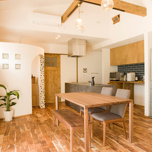 Inredning av ett medelhavsstil kök, med bänkskiva i betong, mellanmörkt trägolv, en köksö och brunt golv