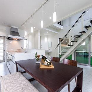 他の地域のモダンスタイルのおしゃれなキッチン (一体型シンク、フラットパネル扉のキャビネット、白いキャビネット、グレーの床) の写真