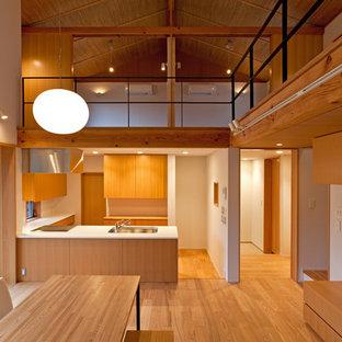 他の地域のアジアンスタイルのおしゃれなキッチン (無垢フローリング、茶色い床、シングルシンク、フラットパネル扉のキャビネット、中間色木目調キャビネット) の写真