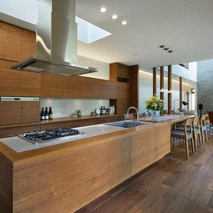 名古屋のアジアンスタイルのおしゃれなキッチン (アンダーカウンターシンク、フラットパネル扉のキャビネット、中間色木目調キャビネット、グレーのキッチンパネル、石タイルのキッチンパネル、濃色無垢フローリング、茶色い床) の写真