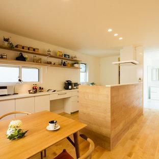 他の地域の北欧スタイルのおしゃれなキッチン (フラットパネル扉のキャビネット、白いキャビネット、無垢フローリング、茶色い床) の写真