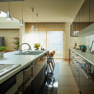 他の地域のコンテンポラリースタイルのおしゃれなキッチン (一体型シンク、フラットパネル扉のキャビネット、淡色無垢フローリング、ベージュの床、白いキッチンカウンター) の写真