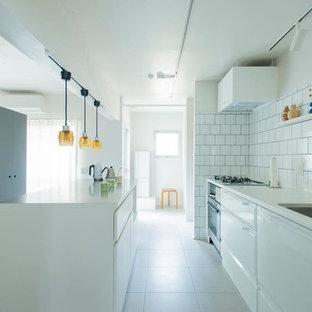 東京23区のインダストリアルスタイルのおしゃれなキッチン (シングルシンク、白いキッチンパネル、サブウェイタイルのキッチンパネル、白い床、白いキッチンカウンター) の写真