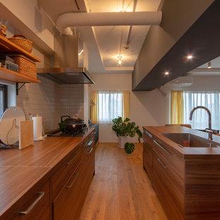 東京23区のコンテンポラリースタイルのおしゃれなキッチン (濃色木目調キャビネット、木材カウンター、無垢フローリング、茶色い床、茶色いキッチンカウンター、シングルシンク) の写真