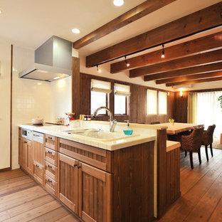 他の地域の中サイズの和風のおしゃれなLDK (アンダーカウンターシンク、オープンシェルフ、茶色いキャビネット、タイルカウンター、白いキッチンパネル、セラミックタイルのキッチンパネル、シルバーの調理設備の、濃色無垢フローリング、アイランドなし、茶色い床、茶色いキッチンカウンター) の写真