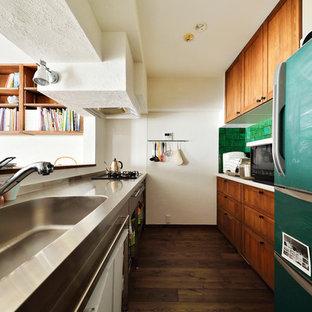 他の地域のアジアンスタイルのおしゃれなキッチン (一体型シンク、フラットパネル扉のキャビネット、ステンレスキャビネット、ステンレスカウンター、濃色無垢フローリング、茶色い床) の写真