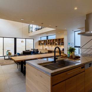 Ejemplo de cocina lineal, asiática, grande, abierta, con fregadero de un seno, armarios con paneles lisos, puertas de armario de madera oscura, una isla y suelo marrón