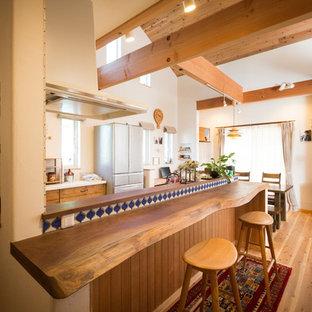 名古屋のアジアンスタイルのおしゃれなダイニングキッチン (無垢フローリング、茶色い床) の写真