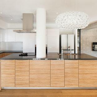 東京23区のモダンスタイルのおしゃれなキッチン (シングルシンク、フラットパネル扉のキャビネット、中間色木目調キャビネット、白いキッチンパネル、無垢フローリング、茶色い床) の写真