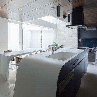 東京都下のモダンスタイルのおしゃれなキッチン (一体型シンク、フラットパネル扉のキャビネット、黒いキャビネット、黒い調理設備) の写真