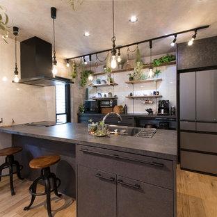 東京都下の中サイズのトラディショナルスタイルのおしゃれなキッチン (アンダーカウンターシンク、インセット扉のキャビネット、グレーのキャビネット、黒い調理設備、濃色無垢フローリング、ベージュの床、グレーのキッチンカウンター) の写真