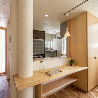 東京都下の北欧スタイルのおしゃれなキッチン (茶色いキャビネット、無垢フローリング、茶色い床) の写真