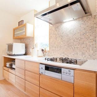 名古屋の北欧スタイルのおしゃれなキッチン (木材のキッチンパネル、フラットパネル扉のキャビネット、中間色木目調キャビネット、淡色無垢フローリング、ベージュの床) の写真