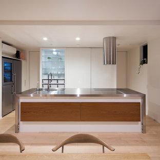 京都のI型モダンスタイルのLDKの画像 (ステンレスカウンター、シルバーの調理設備、淡色無垢フローリング、アイランド1つ、フラットパネル扉のキャビネット、ベージュの床)