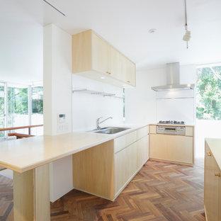 東京23区のカントリー風おしゃれなキッチン (アンダーカウンターシンク、インセット扉のキャビネット、淡色木目調キャビネット、人工大理石カウンター、白いキッチンパネル、シルバーの調理設備の、無垢フローリング、ベージュの床、ベージュのキッチンカウンター) の写真