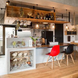 東京23区のインダストリアルスタイルのおしゃれなキッチン (無垢フローリング) の写真