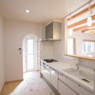 大阪のモダンスタイルのおしゃれなI型キッチン (一体型シンク、フラットパネル扉のキャビネット、白いキャビネット、淡色無垢フローリング、ベージュの床、ベージュのキッチンカウンター) の写真
