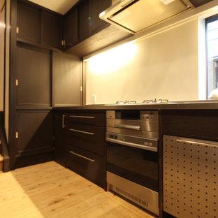Diseño de cocina en L, rural, de tamaño medio, cerrada, sin isla, con puertas de armario de madera en tonos medios, encimera de acero inoxidable y suelo de madera clara