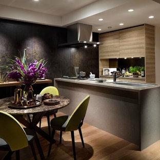 東京23区のコンテンポラリースタイルのおしゃれなキッチン (茶色いキッチンパネル、セラミックタイルのキッチンパネル、シングルシンク、無垢フローリング、茶色い床) の写真