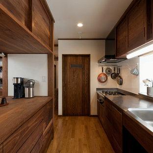 他の地域のアジアンスタイルのおしゃれなキッチン (一体型シンク、フラットパネル扉のキャビネット、中間色木目調キャビネット、無垢フローリング、茶色い床) の写真