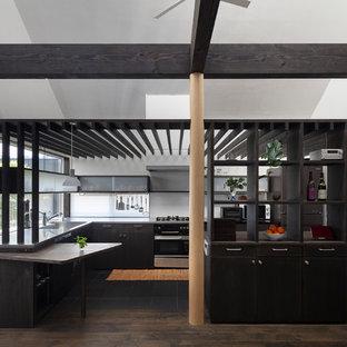 福岡のアジアンスタイルのおしゃれなキッチン (一体型シンク、フラットパネル扉のキャビネット、黒いキャビネット、ステンレスカウンター、黒い調理設備、黒い床、グレーのキッチンカウンター) の写真
