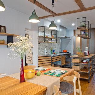 横浜のアジアンスタイルのおしゃれなキッチン (シングルシンク、オープンシェルフ、ステンレスカウンター、マルチカラーのキッチンパネル、無垢フローリング、茶色い床) の写真