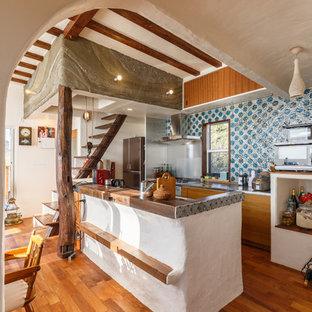 横浜のエクレクティックスタイルのおしゃれなキッチン (フラットパネル扉のキャビネット、茶色いキャビネット、無垢フローリング、茶色い床、茶色いキッチンカウンター) の写真