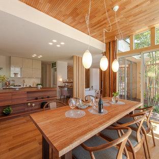 樹が作り出す温かみのある空間に溶け込む、家具調オーダーキッチン
