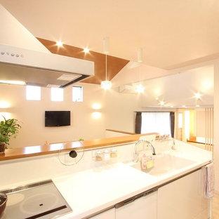 他の地域のコンテンポラリースタイルのおしゃれなキッチン (シングルシンク、フラットパネル扉のキャビネット、白いキャビネット、人工大理石カウンター、青いキッチンパネル、セラミックタイルのキッチンパネル、シルバーの調理設備の、合板フローリング、紫の床、白いキッチンカウンター) の写真