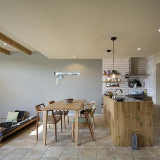 他の地域の北欧スタイルのおしゃれなキッチン (シングルシンク、フラットパネル扉のキャビネット、ヴィンテージ仕上げキャビネット、ステンレスカウンター、ベージュの床) の写真